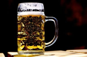 変形性膝関節症のリスクが高まるビール