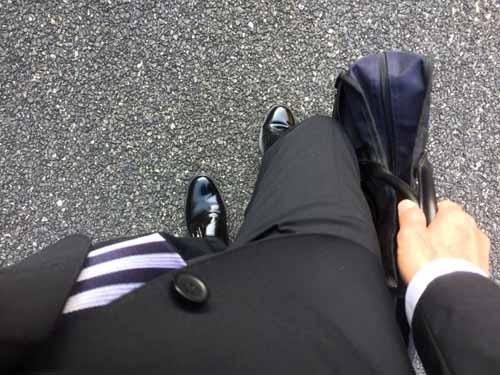 膝に良くないバッグを同じ手で持つ習慣