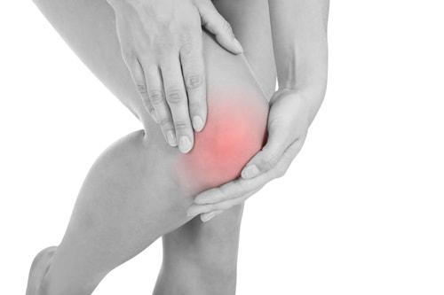 膝がこわばるのは変形性膝関節症の症状のひとつ