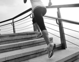 【ランニングで膝痛が起きたら】原因と効果的な対処法を徹底解明!
