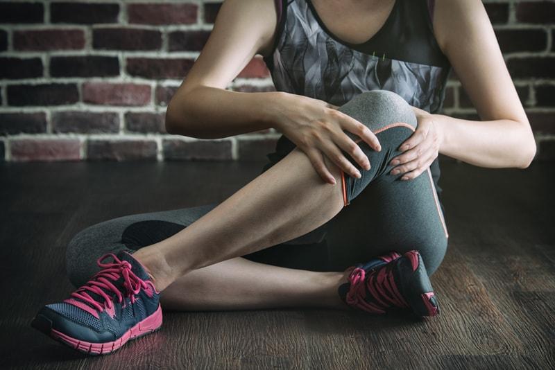「筋肉が硬い」が膝痛を引き起こす?予防のためのストレッチを伝授