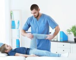 子供の「膝が痛い」成長痛以外の原因トップ3と病院選びのコツ