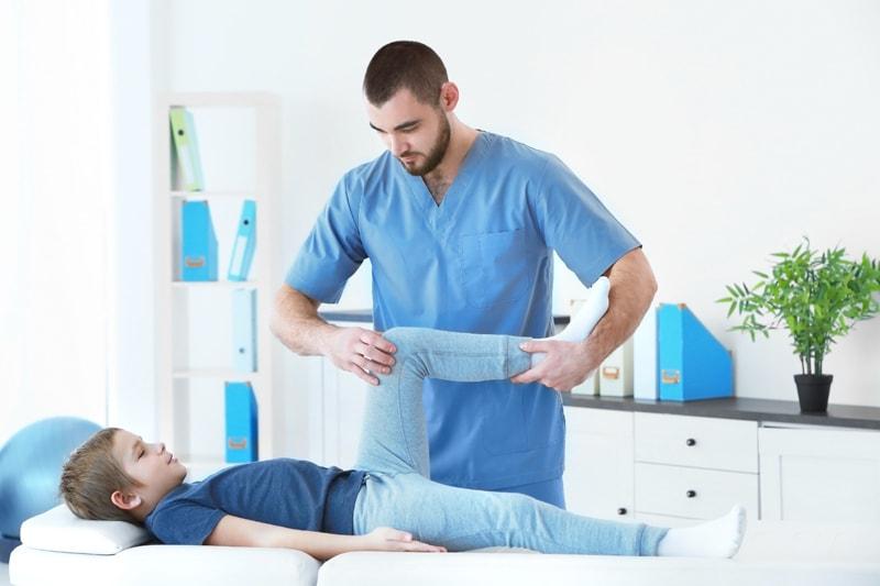 子供の「膝が痛い」は成長痛じゃない場合も。原因と病院選びのコツ