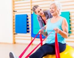 変形性膝関節症にはこの運動を!目的別の4トレーニングを動画解説