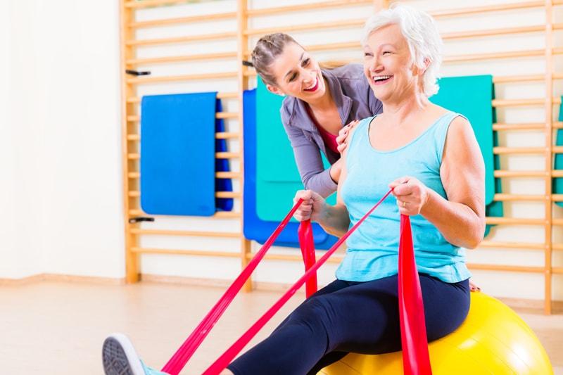 変形性膝関節症にはこの運動を!目的別のトレーニングを動画解説