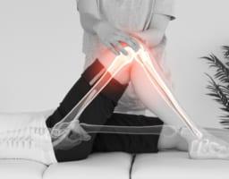 膝が痛いが原因不明……40代に多い要因と必須アクション