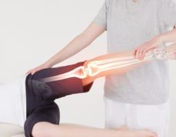 変形性膝関節症で鍛えるべき筋肉はここ!正しい方法を動画で解説